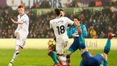 Sam Clucas ghi bàn thứ 2 của anh để hạ gục Arsenal. Ảnh: Getty Images