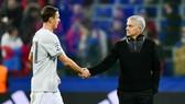 Với Nemanja Matic (trái), thì mọi cầu thủ phải là chiến binh và chiến đấu cùng HLV Jose Mourinho. Ảnh: Getty Images