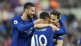 Cesc Fabregas (phải) và đồng đội mừng bàn thắng quý giá trước Swansea. Ảnh: Getty Images