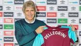 HLV Manuel Pellegrini rạng rỡ ra mắt tại West Ham. Ảnh: Getty Images