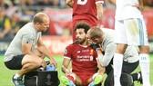 Mohamed Salah thẫn thờ sau chấn thương. Ảnh: Getty Images