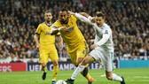 Cristiano Ronaldo (phải) bị kém cặp gắt gao bởi Medhi Benatia tại Champions League mùa qua. Ảnh: Getty Images