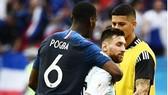 Pogba ôm Messi sau trận. Ảnh: GMS
