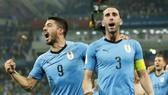 Luis Suarez (trái) tin đội trưởng Diego Godin sẽ chỉ huy tốt hàng phòng ngự khi đối đầu tuyển Pháp. Ảnh: Getty Images