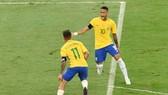 Neymar và Philippe Coutinho chắc chắn phải thận trong trước bất kỳ sự khiêu khích từ đối thủ. Ảnh: Getty Images