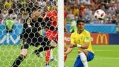 Thiago Silva (Brazil) tiếc rẻ nhìn đường bóng dội cột trong những phút đầu trận. Ảnh: GETTY IMAGES