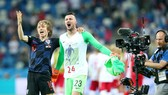 Luka Modric mừng chiến thắng cùng Danijel Subasic (phải), nhưng Croatia có nguy cơ mất thủ thành số 1 khi đối đầu Anh. Ảnh: Getty Images