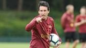 HLV Unai Emery những ngày đầu tiên trên sân tập Arsenal. Ảnh: Getty Images