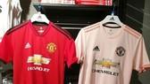 Màu hồng nhã nhặn của chiếc áo đấu sân khách của M.U tạo nên không ít phản ứng trái chiều từ người hâm mộ. Ảnh: Twitter.