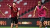 HLV Unai Emery (trái) hài lòng về chất lượng đội hình của Arsenal. Ảnh: Getty Images