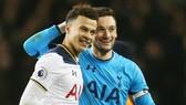 Tiền vệ Dele Alli (trái) và thủ thành đội trưởng Hugo Lloris vắng mặt là mất mát rất lớn. Ảnh: Getty Images