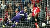 Tình huống quyết định làm nên cú sốc ở Old Trafford. Ảnh: Getty Images