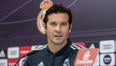 HLV Santiago Solari vẫn đang hồi hộp chờ quyết định từ Real. Ảnh: Getty Images