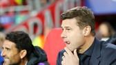 HLV Mauricio Pochetinno không giấu được vẻ lo lắng trước trận derby London. Ảnh: Getty Images