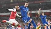 Gary Cahill (phải) liệu sẽ chuyến sang một đối thủ của Chelsea ở London? Ảnh: Getty Images