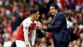 HLV Unai Emery và Mesut Oezil đang tồn tại mối quan hệ bất ổn? Ảnh: Getty Images