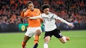 Leroy Sane (phải) cùng tuyển Đức gỡ lại thể diện tại Hà Lan. Ảnh: Getty Images
