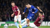 Eden Hazard tỏa sáng để đưa Chelsea lên hạng 3 Premier League. Ảnh: Getty Images