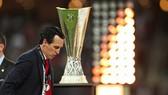 HLV Unai Emery lần này đã không được chạm tay vào chiếc cúp Europa League. Ảnh: Getty Images