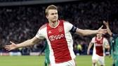 Louis van Gaal tin rằng Matthijs de Ligt sẽ thất bại nếu đến Man.United. Ảnh: Getty Images