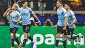 Nicolas Lodeiro và Edinson Cavani mừng bàn mở tỷ số.