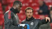 Romelu Lukaku (trái) ra đi còn Juan Mata ở lại là một diễn biến khá bất ngờ. Ảnh: Getty Images
