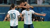 Sergio Aguero và Lionel Messi sau khi tự cứu mình, đang thấy lại cơ hội tiến xa. Ảnh: Getty Images