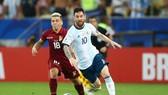 Lionel Messi và Argentina đang tiến đi theo cách ngày càng vững chắc và nguy hiểm hơn. Ảnh: Getty Images