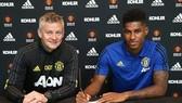 HLV Ole Gunnar Solskjaer và Marcus Rashford vui mừng ký hợp đồng mới. Ảnh: Getty Images