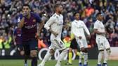 Luis Suarez và Barcelona đè bẹp Real ở vòng 10 mùa giải năm ngoái. Ảnh: Getty Images