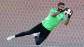 """""""Người nhện"""" Alisson thiệt thòi vì anh chơi ở vị trí thủ môn? Ảnh: Getty Images"""