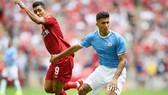 Rodri (phải) thi đấu điềm tĩnh và chắc chắn trong ngày ra mắt. Ảnh: Getty Images