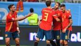 Đội trưởng Sergio Ramos tiếp tục sắm vai người hùng của La Roja. Ảnh: Getty Images
