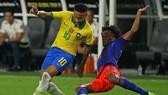 Neymar (trái) vẫn thấy tương lai chưa rõ ràng tại CLB. Ảnh: Getty Images