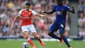 Alexis Sanchez (trái, Arsenal) tranh bóng với Axel Tuanzebe (Man.United).