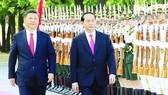 Tổng Bí thư, Chủ tịch nước Trung Quốc Tập Cận Bình và Chủ tịch nước Trần Đại Quang duyệt đội quân danh dự
