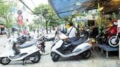 Bày bán xe máy trên vỉa hè đường Phạm Thế Hiển, quận 8, TPHCM