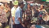 Cuộc đôi co giữa cán bộ trật tự đô thị phường Tân Định với người dân  trước chốt dân phòng bỏ hoang