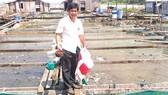 Ông Lý Văn Bon trên bè cá của mình