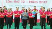 Đồng chí Thân Thị Thư tặng hoa cho chỉ huy cấp chiến dịch Hoa phượng đỏ năm 2017
