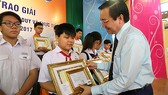 Giám đốc Sở GD-ĐT TPHCM Lê Hồng Sơn trao giải thưởng  cho các học sinh đoạt giải nhất Toán học - Tư duy và thực tiễn lần 2
