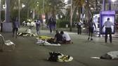 Xác người nằm la liệt trên phố sau khi chiếc xe tải bất ngờ lao vào đám đông ở thành phố Nice (Pháp): Ảnh: REUTERS