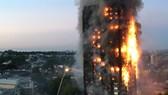 Tòa nhà 27 tầng bốc cháy dữ dội ở London. Ảnh: CNN