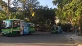 Xe buýt thường xuyên đậu tạm ở Khu dân cư Bình Lợi (phường 13, quận Bình Thạnh)