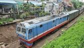 Xe lửa đi ngang quận Gò Vấp, TPHCM       Ảnh: THÀNH TRÍ