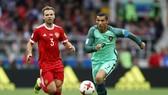 Ronaldo (phải) ghi bàn thắng duy nhất giúp Bồ Đào Nha đánh bại Nga.