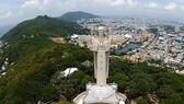 Tượng Chúa dang tay nằm trên đỉnh Núi Nhỏ của thành phố Vũng Tàu là địa chỉ du lịch quen thuộc của du khách mỗi khi đến TP này