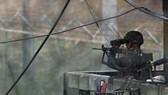 BInh sĩ Hàn Quốc quan sát tại Đường ranh giới quân sự (MDL). Ảnh: Yonhap