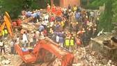 Công tác cứu hộ tại vị trí tòa nhà 4 tầng bị sập khiến 17 người thiệt mạng ở Ấn Độ. Ảnh: REUTERS