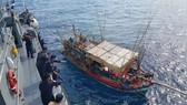 Một tàu cá Việt Nam bị Hải quân Thái Lan bắt giữ. (Nguồn: thailandchatter.com)